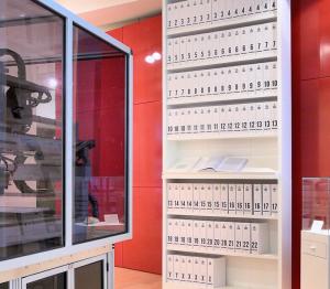 Das Humangenom in kleinstmöglicher Schriftgröße gedruckt in über hundert Bänden mit je tausend Seiten. (By Russ London, WikiCommons, CC BY-SA 3)